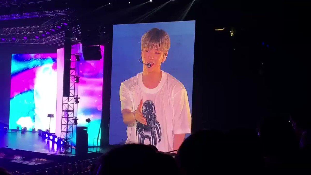 "[#KangDanielinSG] Daniel performing ""I Hope"" for encore! #KangDaniel1stFanmeetinginSG #KangDanielColorOnMeinSG #KangDaniel #강다니엘"