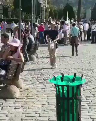 İzmir-Konak meydanında yere atılan çöpleri toplayan Japonlar. Utanmak az bile gelir..