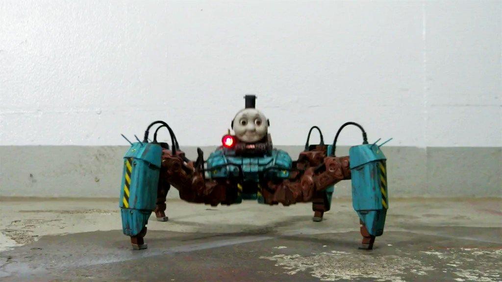"""強襲突撃型トーマス 完成トップハム・マッド卿が開発した新型の殺人マシン。多脚三兵器の中では""""ソルジャー""""の役割を担う。竜巻のように襲い掛かり、物陰に隠れた敵も残らず撃滅する。人間の脳髄をエネルギーに変換できる""""ハイブリット脳ミソエンジン""""を搭載。"""