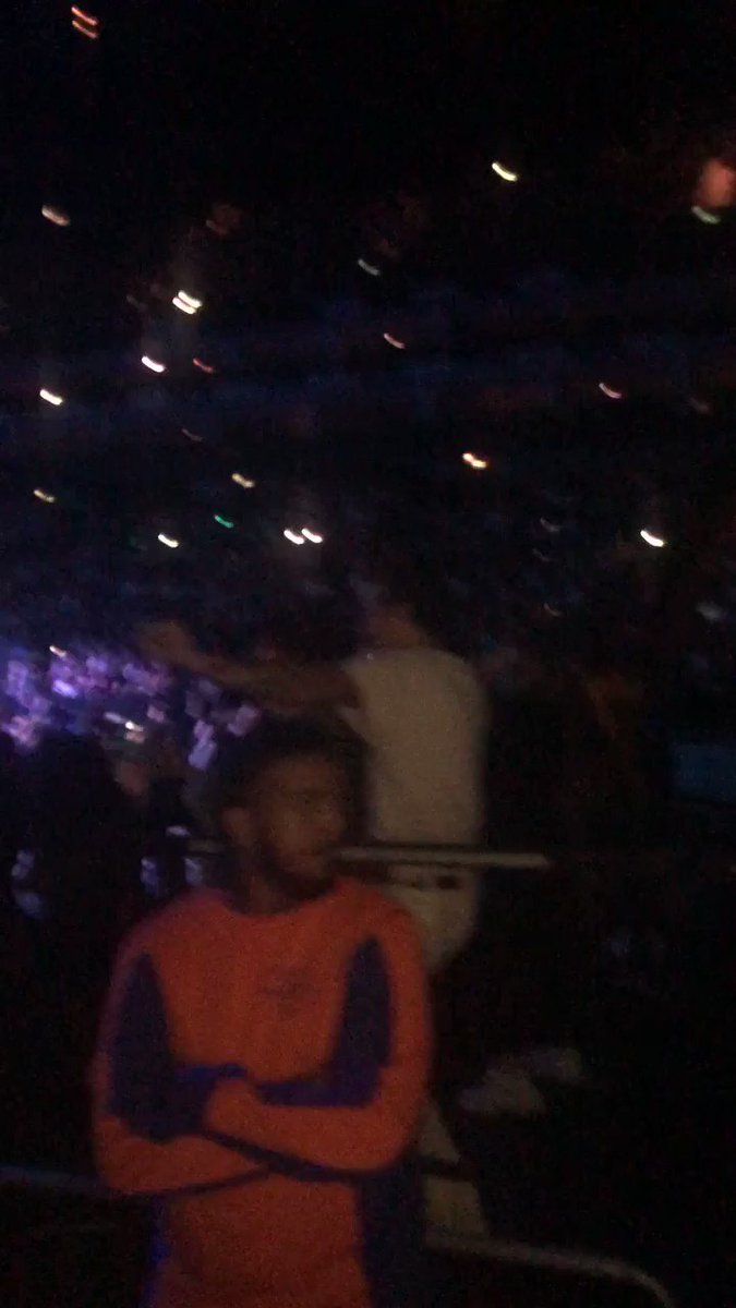 EVERYONE NEEDS HARRY STYLES FULL ON BOOTY POPPING AT AN ARIANA GRANDE SHOW ON THEIR TIMELINE pic.twitter.com/bC4lfR2j7W