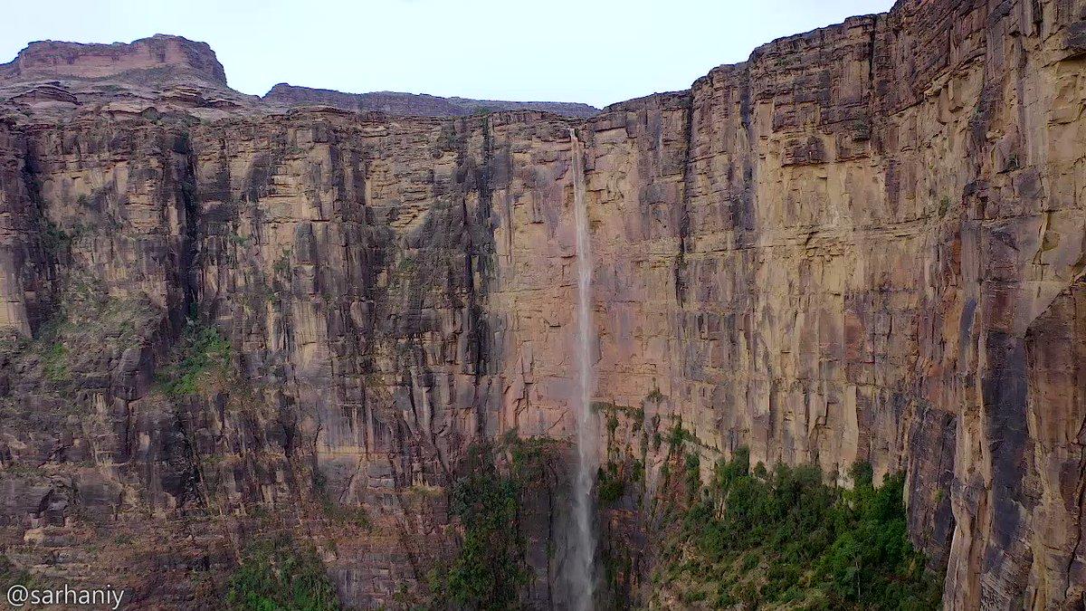 مشهد ساحر باهر، من طفّة الوهيدة، في جبل القهر، بمحافظة الريث 🇸🇦 ما أشبهها بـ (Angel Falls) الشلالات الأعلى في العالم.