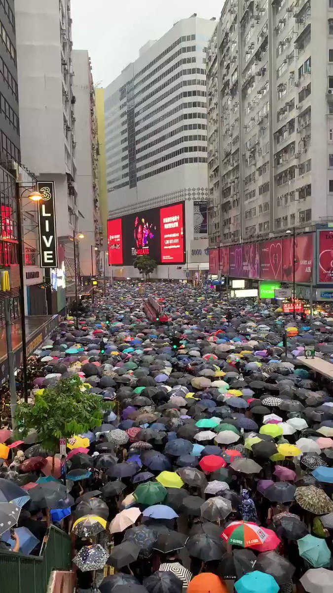 Streets of hongkong. Massive protest, peaceful so far. #Hongkongprotest @BILD https://t.co/bAf796nP9K