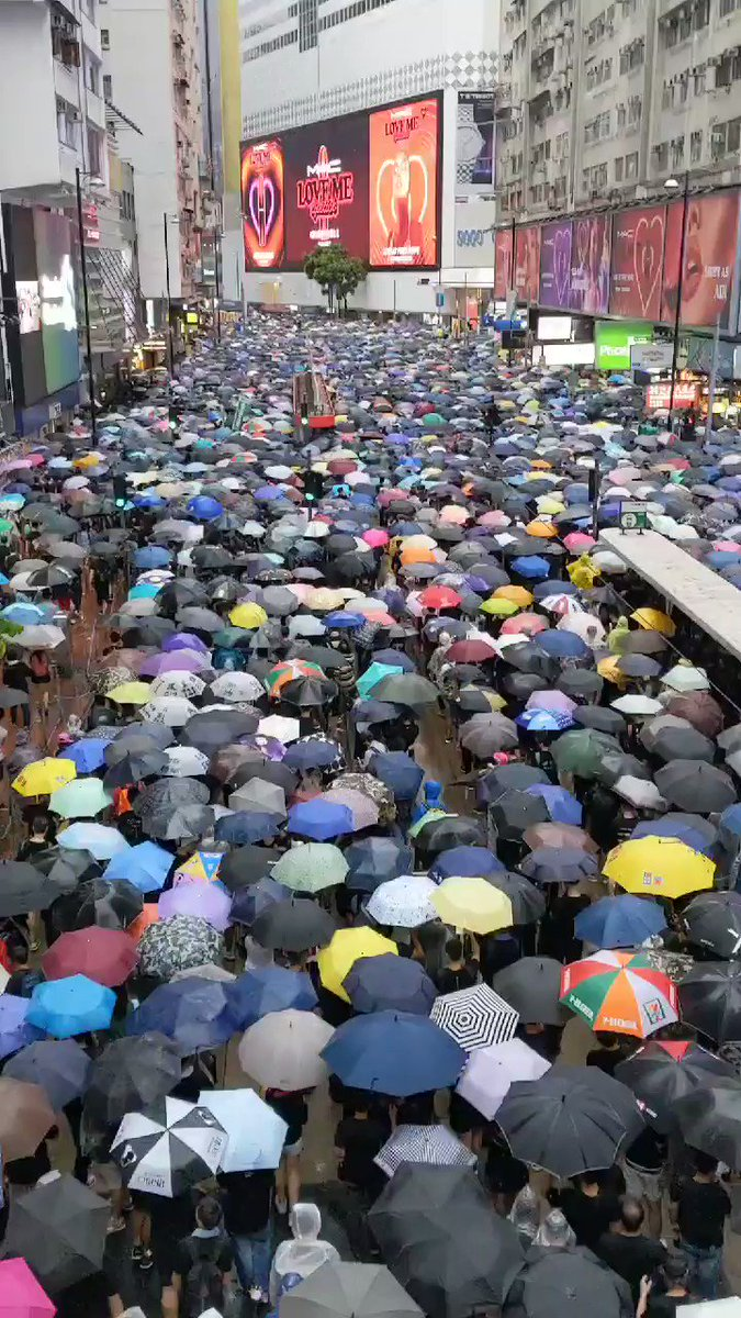 #香港デモ を現地で取材してわかるのは、「過激化」と言われるのは本当にごく一部に限るということ。土砂降りの中で数十万人の人たちが山手線のようにぎゅうぎゅうになりながらも、文句一つ言わずに歩いてる。「香港頑張れ」「今こそ民主主義を」と声を揃えながら。2時にスタートしてまだ歩いてる。