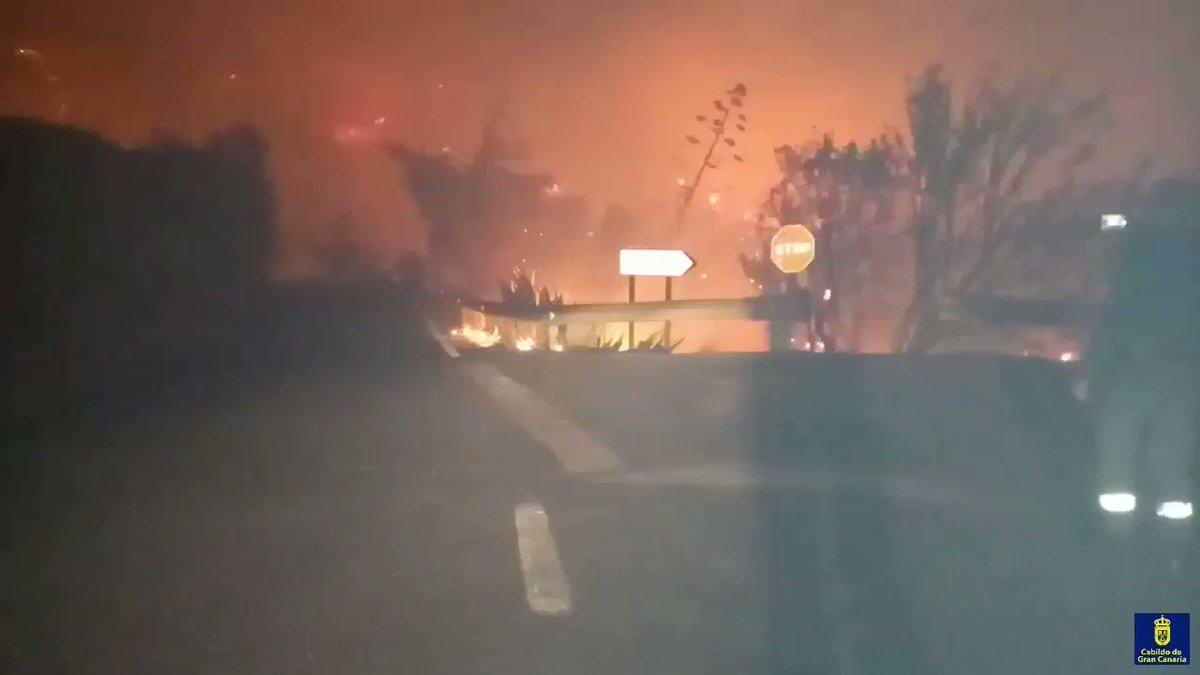 Imagen nocturna del #IFValleseco en la que se observa el paveseo o lluvia de cenizas, las que están prendidas generan fuegos secundarios Cuando los equipos trabajan y surgen estos nuevos focos, se produce el riesgo de atrapamiento porque se quedan en medio de ambos fuegos