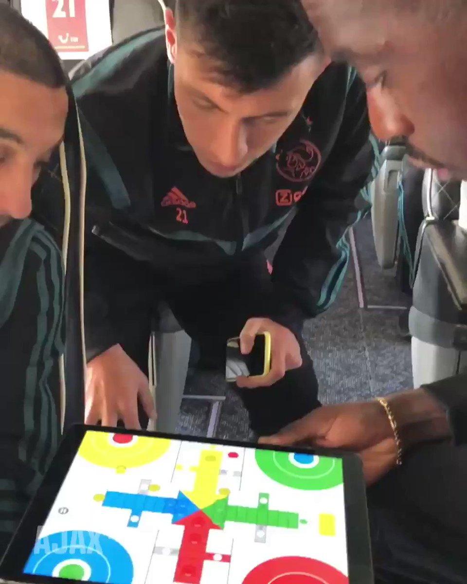 Zo vermaken de spelers van Ajax zich in de spelersbus