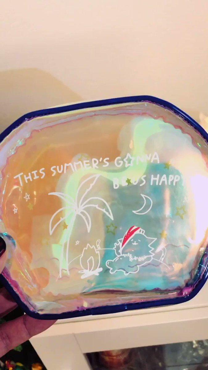 XYZから発売される新アイテム「オーロラポーチ」の実物動画です!わりとピカピカ光ってます大きさもちょうどいい🙈光の当たり方で色が変わって見えます!良き夏にしましょう🌴