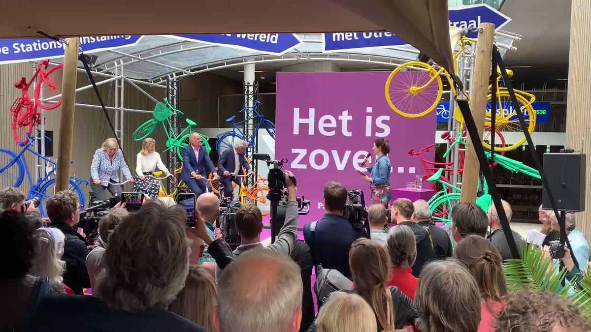 Momento de la inauguración oficial del parking para bicicletas más grande del mundo en Utrecht: 12.656 plazas.