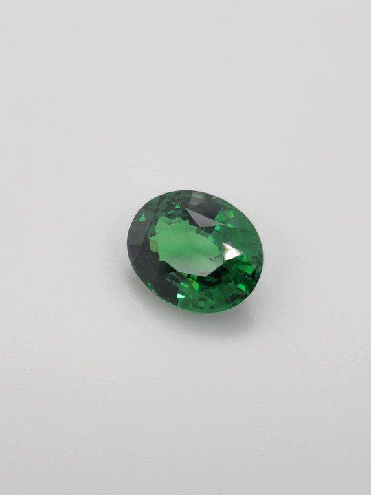 We just bought this Incredible, Rare, and Unique 10 carat size Gem Quality Oval Tsavorite! #tsavorite #garnet #greengarnet #tsavoritegarnet #gemstone #semipreciousstone #colorstone #gemporn #gemcandy #jewelry #jewellery #rare #luxury #agta #jck #gemstonelover #gemstonejewelry pic.twitter.com/iP07vqSgHJ