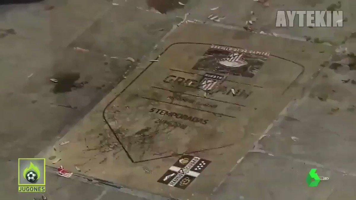 Certains fans de lAtlético de Madrid nettoient la plaque dAntoine Griezmann qui a été dégradé lors du match de hier soir 👏