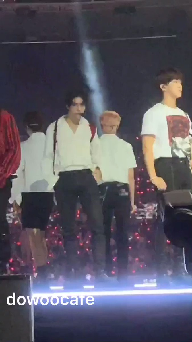 hyunjin fucking it up wt his prince eric fit 🥵