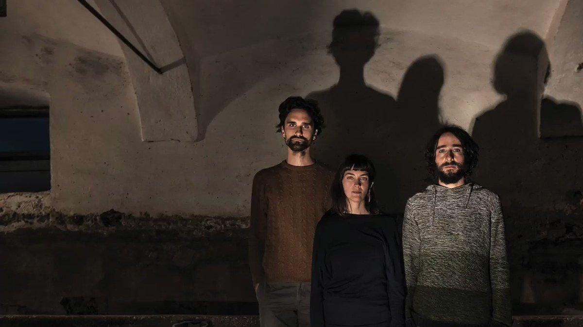 Slovenski trio Širom, se vrača v Šiško z novo, tretjo ploščo Svet, ki speče konju cvet, konec avgusta letos izdano pri Glitterbeatovi podzaložbi tak:til in pri The Guardianu razglašeno za sodobno ploščo meseca.  👉Vstopnice že naprodaj: https://t.co/F9VYmi7H7e #širom #kinosiska