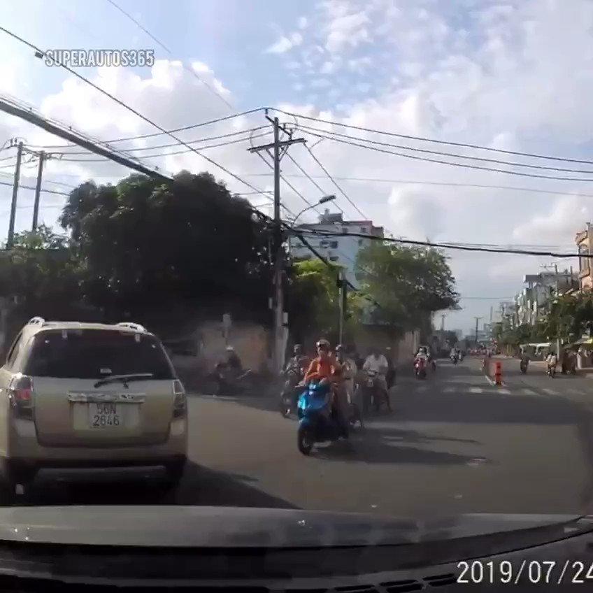 Tolong jangan telepon sambil jatuh. Kasihan motornya.
