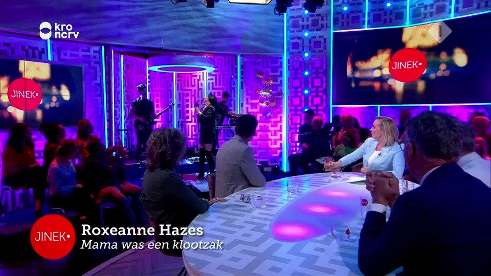 Roxeanne Hazes zingt 'Mama was een klootzak' live bij Jinek
