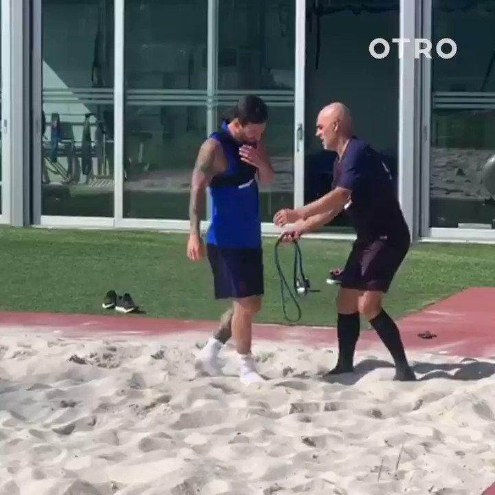 メッシ選手のビーチトレーニングpart2やっぱりクイックネスは尋常じゃないですよね…さらに4連続でボールを蹴るシーンの身体の安定化、そしてターンやダッシュ時のキレ、スピードも凄い。あれだけ足下も不安定でかつ素早く行いながらもボールを正確に蹴れますか…??