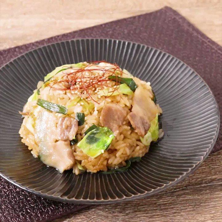 豚バラ肉の旨味が効いてる🥄『豚バラ肉とキャベツの韓国風ピリ辛チャーハン』豚バラ肉の旨味が効いていて、やみつきになる事間違いなし。韓国風のピリ辛な味付けは、晩ごはんにはもちろんお酒にも合う味ですよ。この機会にぜひお試しくださいね。▼レシピページはこちら