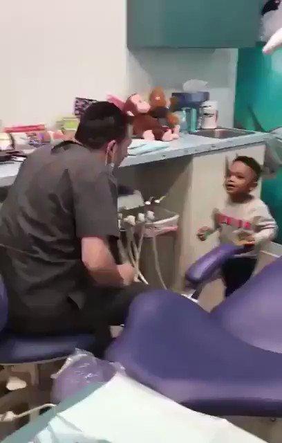 歯科医の恐怖を和らげるために様々なトリックを披露する小児歯科医