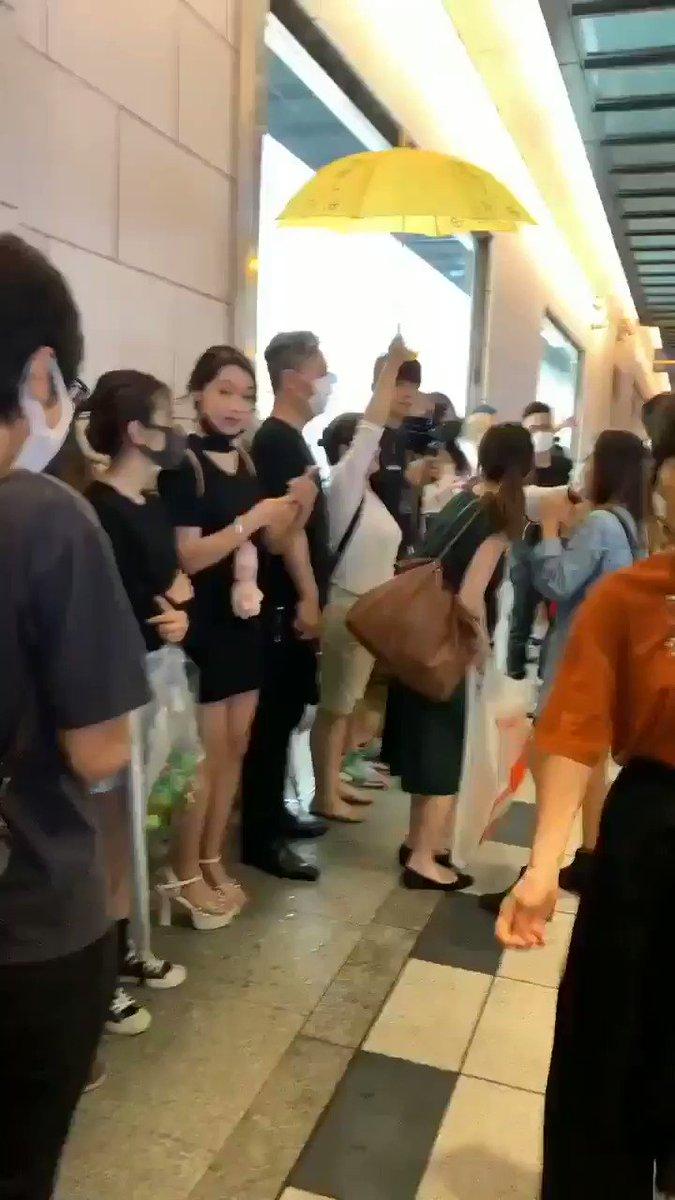 ここは大阪の難波高島屋の前 香港人が逃亡犯人条例反対のデモをしています 中国人達がそれを思い切り邪魔しています なに勘違いしてんねん‼ ここは日本や