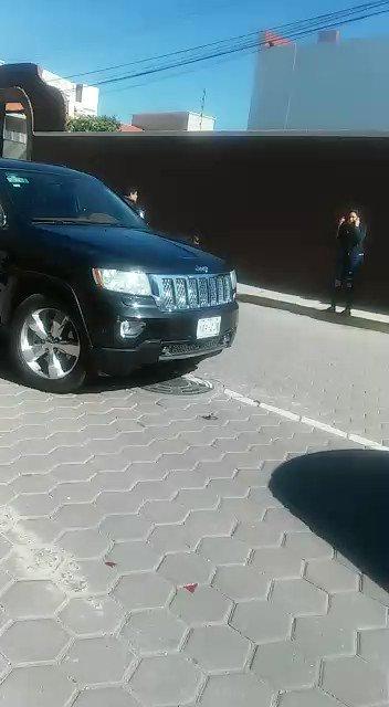 Así el delegado regional de @PGR_AIC  en Aguascalientes, Daniel Martínez Rodríguez y su pareja Jessica Monserrat Rosas Martínez con guardaespaldas golpeando a dos personas tras un accidente automovilístico. ¿Ya habrá sido dado de baja de la corporación? @FGRMexico