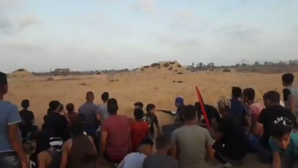 """هؤلاء هم أطفال فلسطين✌🇵🇸💪شاهدوا شجاعة وبسالة هذا الطفل الذي هبّ غير آبهٍ برصاص الجنود الإسرائيليين لإنقاذ مواطن أصيب بالرصاص خلال فعاليات """"جمعة #لبيك_يا_اقصى"""" شرق #رفح جنوب قطاع #غزة، أمس الجمعة [23/8/2019]."""