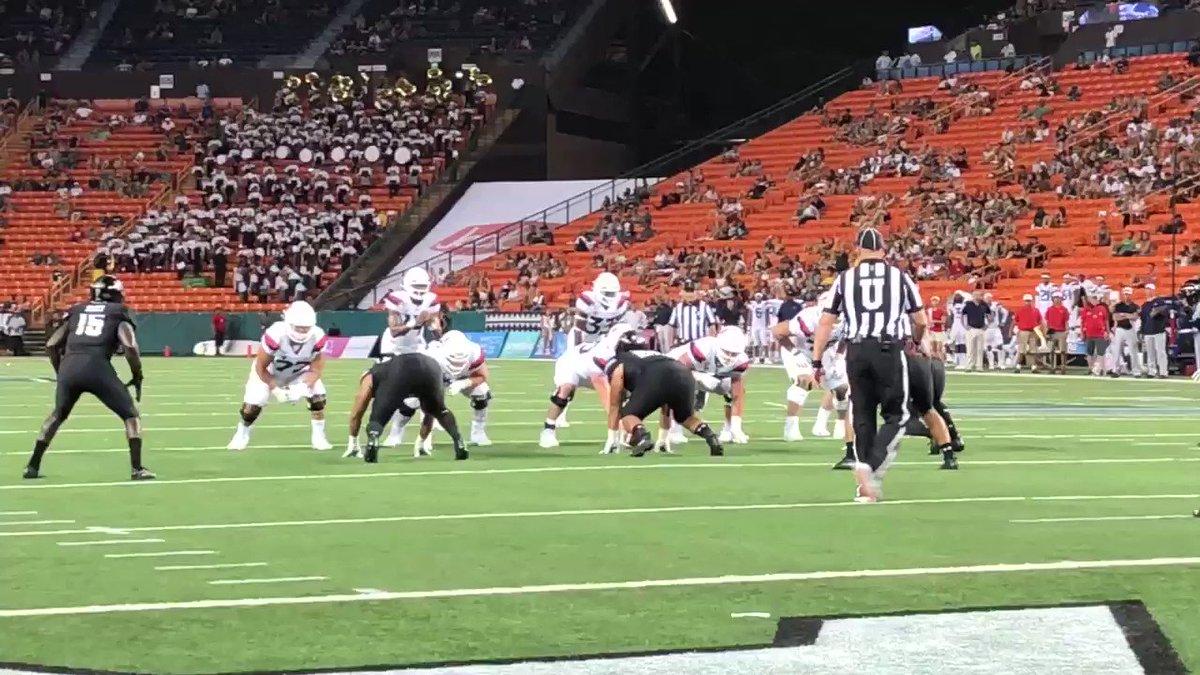 Ikem Okeke with the big-time fourth quarter red zone interception of Khalil Tate.  #HawaiiFB