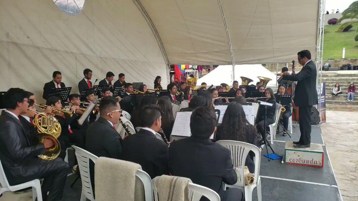 #AEstaHora continúa la fiesta en este altar de la patria, hace apertura en este segundo día del Concurso Departamental de Bandas, la Banda Sinfónica Municipal de Duitama, con su impecable presentación alegrando a todos los asistentes.@GobBoyaca @SCulturaBoyaca @CorbandasPaipa