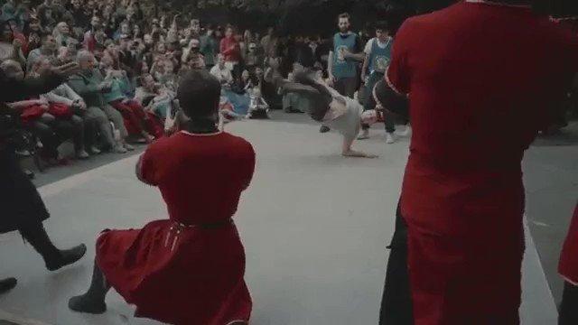 コーカサスの民族舞踊とブレイクダンスのダンスバトルらしい