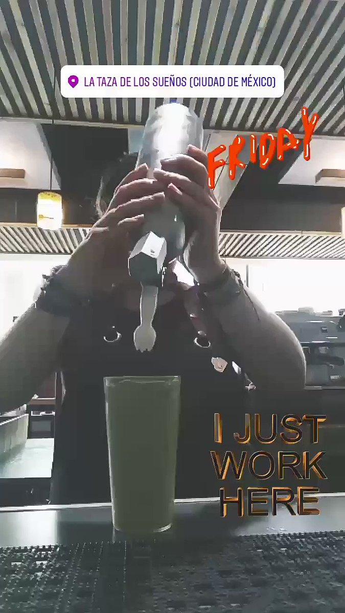 ¡Es #Viernes de trabajar en la cafetería! #barista #matchafrappe