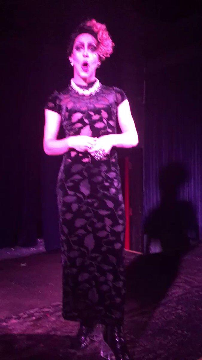Creía haberlo visto todo hasta que he visto a unq drag queen haciendo lipsync de la música de la Wii Shop 🤯