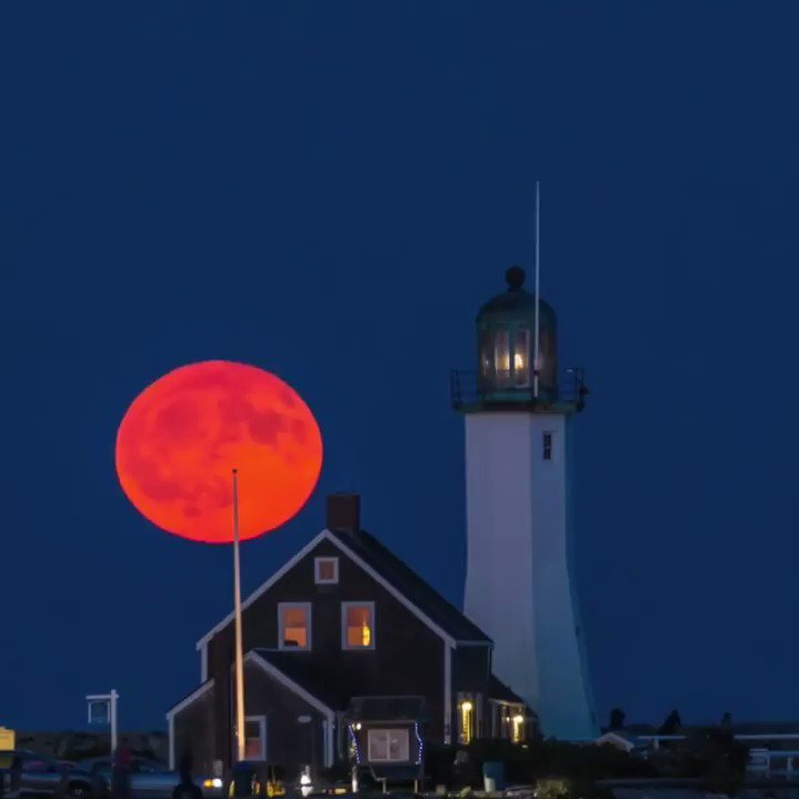 There Will Be A Full, Harvest Moon This Friday The 13th And People Are Pumped