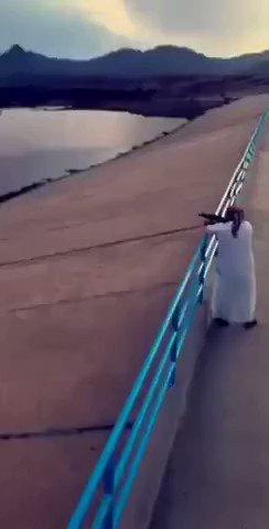 弾丸って水の上跳ね返るんだ…