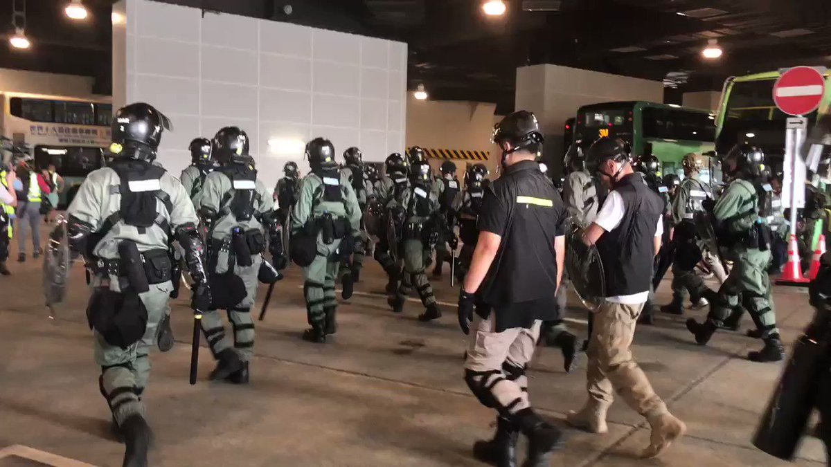 At least 30 riot police charge and run towards protesters in several directions outside the #TungChung #MTR station. #HongKong #HongKongProtestspic.twitter.com/e5gly5GOj2