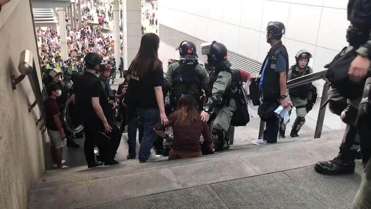As a male bystander is questioning the arrest, a police officer ask him to get into the police defense line to discuss. The invite is not very friendly. #HongKong #HongKongProtests #HKpolice #TungChung pic.twitter.com/LUVL8DP5MI