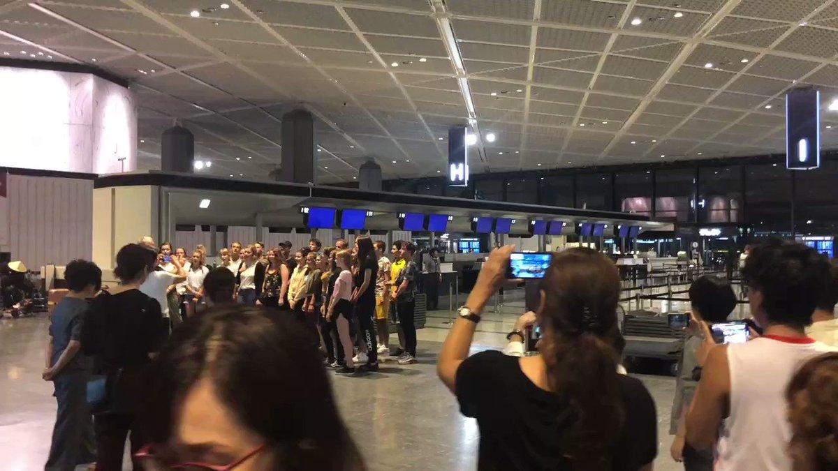 成田空港で一晩過ごすことになったら、海外のゴスペル隊がゲリラ公演始めた。移動で疲れた体に心地良いコーラスが沁みますねぇ。#成田空港