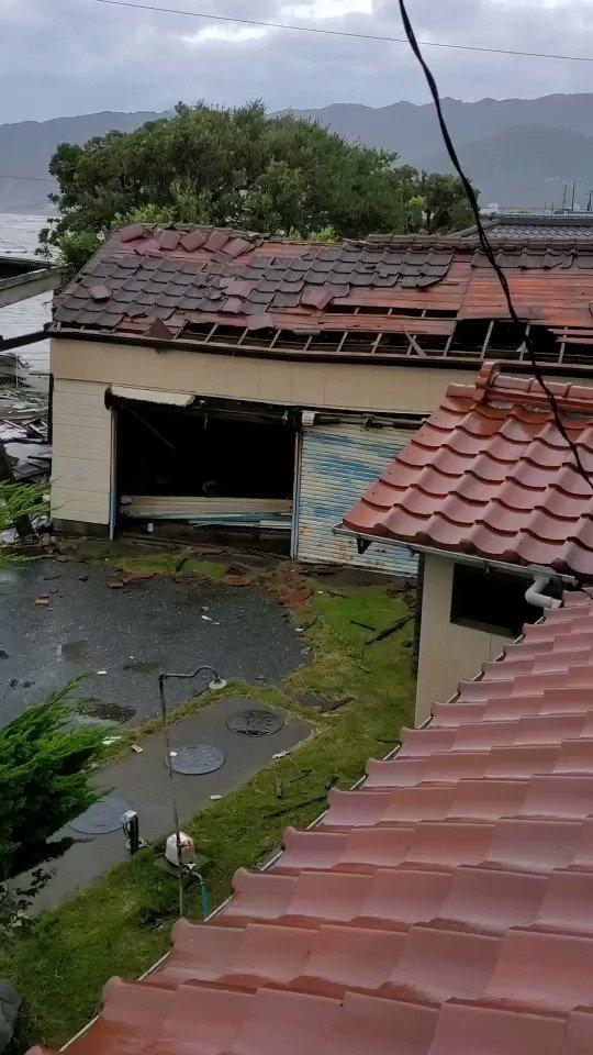 @ntv_sukkiri 千葉県鋸南町の台風被害の報道をしてください、ほとんどの家の屋根がとばされて、断水と停電で、ライフラインが途絶えています。助けが必要です。町民は停電の影響で発信することもできず、家族と連絡取れていない人もいます。テレビで全く報道されていなくて、物資が全く足りてないようです。