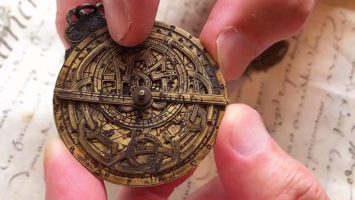 天文アストロラーベはいかがでしょう。こちらは古代〜19世紀の天文学者や占星術師が用いた天体観測用の精算機です。アルタイル、スピカ、プロシオン等の恒星を示す文字がある「リート」と呼ばれる円盤と、赤緯の目盛りの付いたルーラを回して計算するようです。9/13オンラインショップで販売致します。