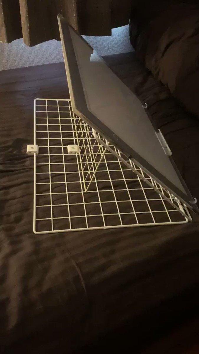 私の手作り傾斜台やっぱりすごく便利!  ダイソーで700円くらいで作れて安価なのに丈夫だし、角度の段階つけれるし、ペタンコになるから持ち運びや収納にも  (乗せてるトレス台はA3サイズ)