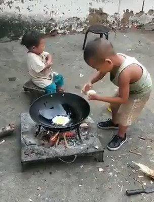 妹のためにチャーハンを作る子供