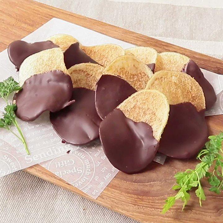 塩気と甘さがやみつきに💕『チョコのポテトチップス』ポテトチップスにチョコレートをかけた簡単おやつのご紹介です。大人も子供も好きなお馴染みの味が、ご自宅でも簡単にお作りいただけますよ。この機会にぜひ、作ってみてくださいね。▼レシピページはこちら