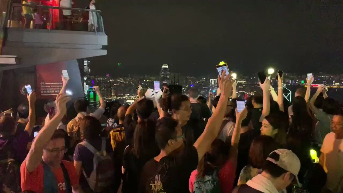 Mesmerising scenes here at #VictoriaPeak. Check the folks over at #LionRock flashing lights back this way.pic.twitter.com/z9uQSOXqsE