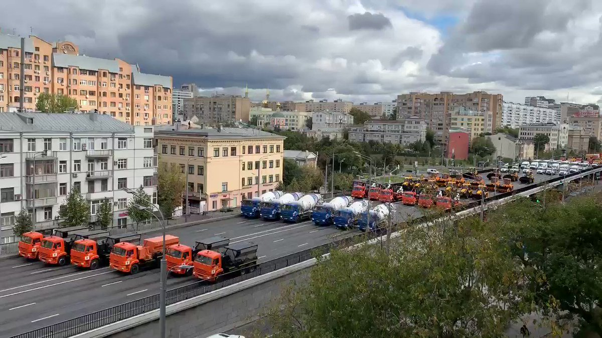 Moscow mayor's office says almost 700 vehicles taking part in this year's not weird Parade of City Services Vehicles. https://t.co/M4cpl2UwwD