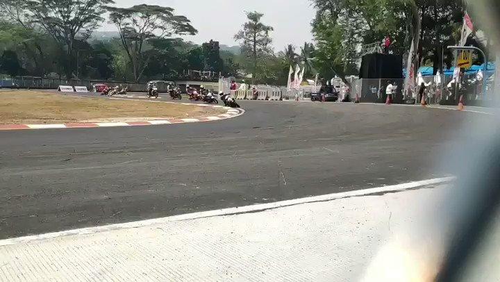 Balapan makin seru menuju laps 7. Aldy Satya mampu merebut posisi pertama. Siapa nih fansnya Aldy Satya?#Oneprix #OneprixSentul