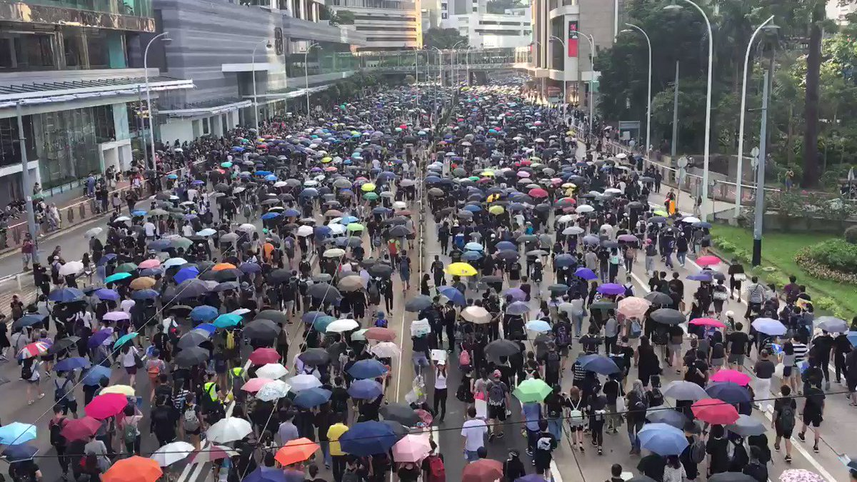 """Protesters are flooding Queensway, chanting """"five demand, not one less"""" and """"fight for freedom, stand with HK,"""" among other slogans. Can't see the end of this moving crowd #HongKongProtests #antielab"""