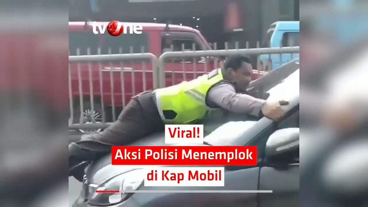 VIRAL! AKSI POLISI MENEMPLOK DI KAP MOBILAksi seorang polisi menempel atau menemplok di atas kap mobil terekam dalam sebuah video dan viral di media sosial. Video tersebut salah satunya diunggah oleh akun Instagram jktinfo. #NewsOne #AksiPolisi #Jakarta