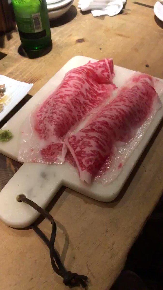 記念すべき第1回目!  「札幌肉酒場VOLTA」さんの肉寿司!目の前で炙ってくれます🥰 こちらは白老牛でございまして、一貫500円! 肉寿司はたくさん種類あって安いもので150円からなのでお手頃なんです(^_^) とろけますよ🤤💕💕  大通、すすきのエリアです! #札幌のまいぴちゃんグルメ