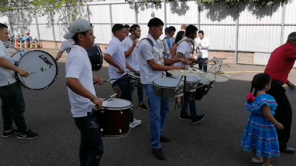El ambiente de las fiestas patrias continúan en #HoyMismo #PrimeraEdición: Los alumnos del instituto Jesús Aguilar Paz nos deleitan está mañana al ritmo de su banda, la belleza y talento de sus palillonas. [En Vivo] por la señal de #TSiHonduras 📺