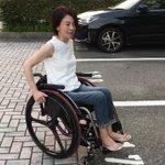 下半身麻痺の女性が両手だけで車を運転!生き生きして輝いて見える!