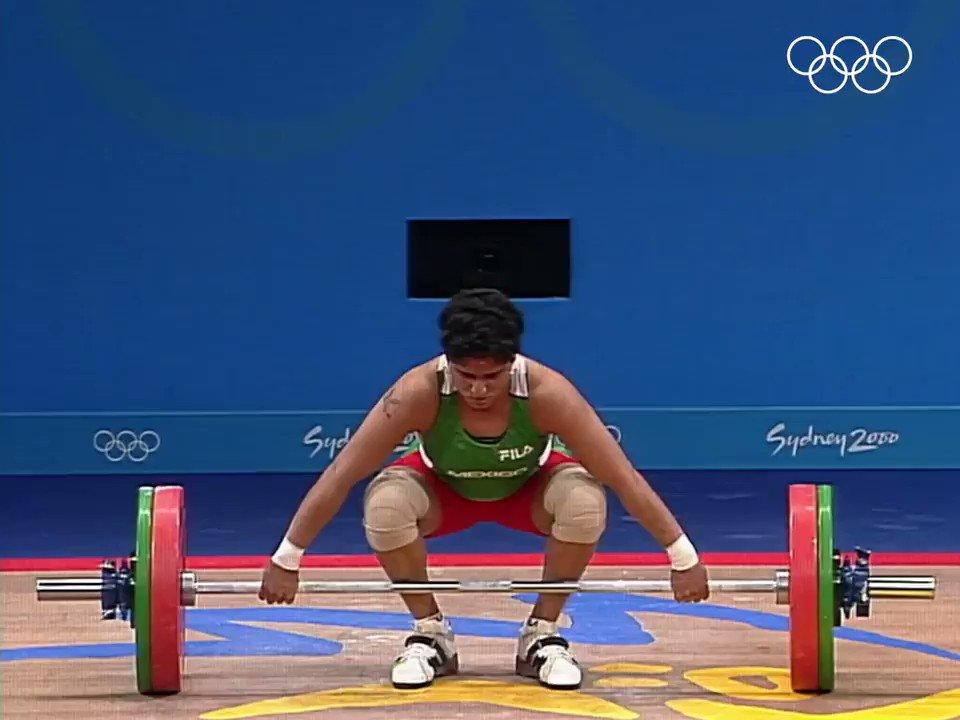 #TalDiaComoHoy hace 19 años, Soraya Jiménez de México 🇲🇽 ganó la medalla de oro 🥇 en halterofilia (categoría 58 kg) de los #JuegosOlimpicos de #Sidney2000. @COM_Mexico @iwfnet