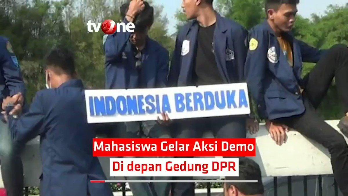 MAHASISWA GELAR AKSI DEMO DI DEPAN GEDUNG DPRPengunjuk rasa dari berbagai perguruan tinggi berdemo di depan Gedung MPR/DPR, Senayan, Jakarta Pusat, Kamis (19/9).Mereka memprotes DPR yang telah mengesahkan revisi UU KPK yang dianggap melemahkan KPK.#NewsOne #MahasiswaDemo