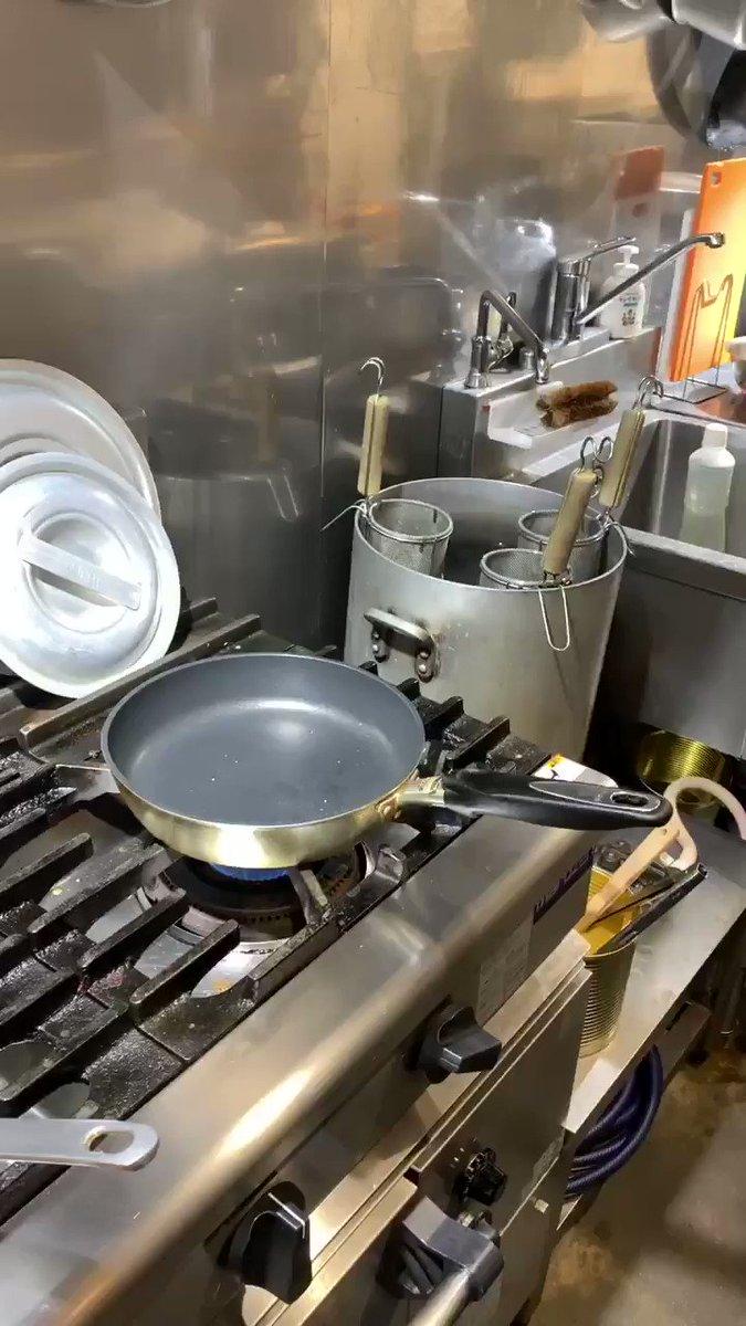 結構大きなフライパンでやって焼きすぎましタァ。って方がいらっしゃるので大きなフライパンで[ふわとろオムライス]の作り方!