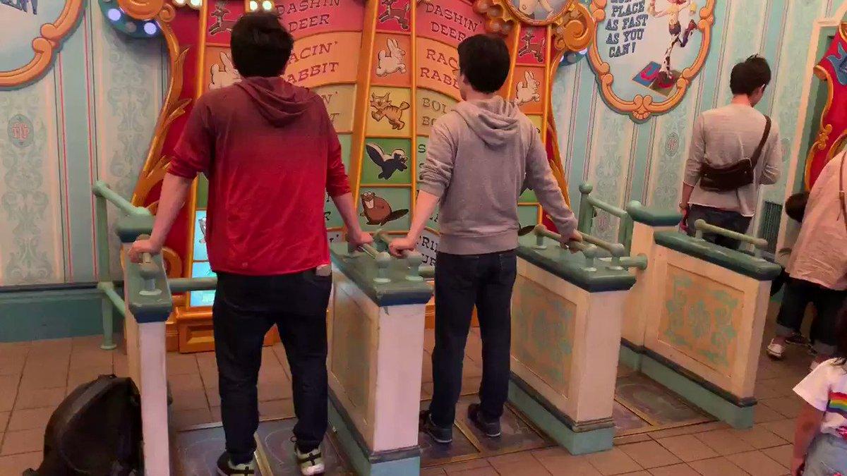 ディズニーシーにあるパノォを踏むゲームする人たち(左:一般人 右:DDRプレイヤー)